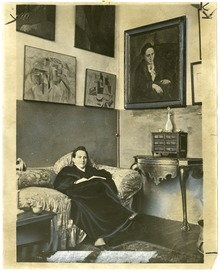 Gertrude_Stein_sitting_on_a_sofa_in_her_Paris_studio_-_Library_of_Congress.tif